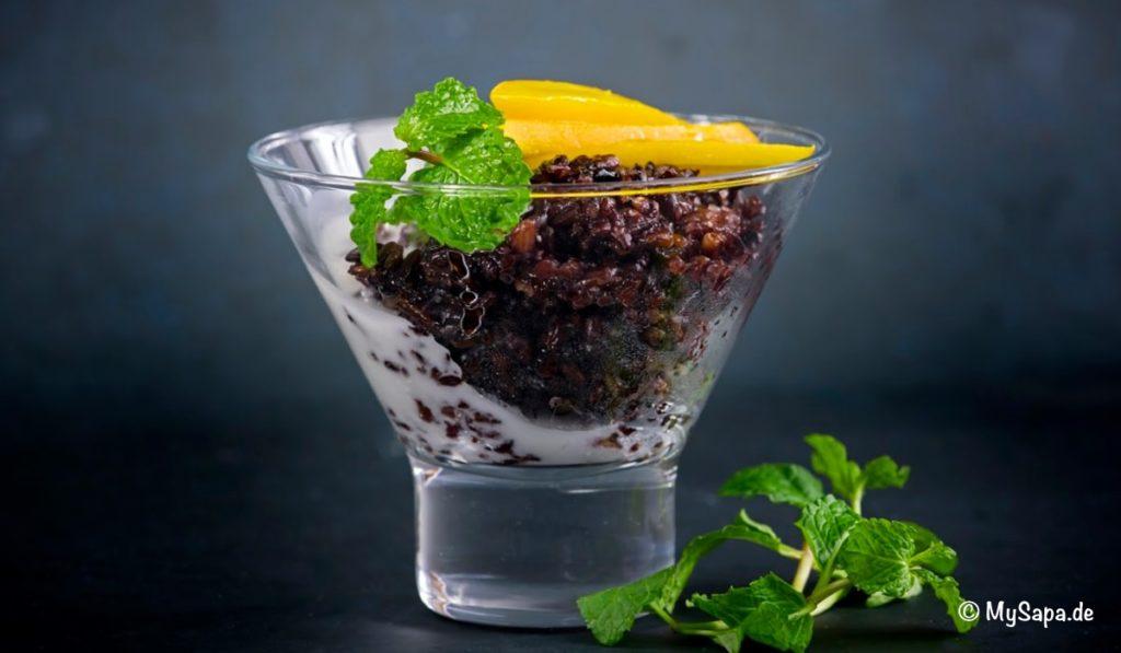 Glas mit Nachtisch aus schwarzem Reis, Kokosmilch, Minze, Mango