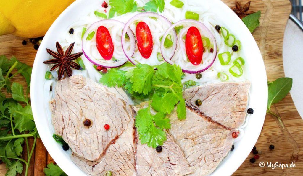 Phobo, vietnamesisches Gericht, Fleisch mit Reisnudeln und Kräutern- Restaurant Mysapa